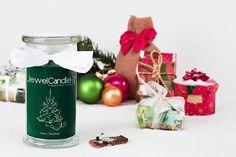 In de JewelCandle Merry Christmas wordt alles wat leuk is aan de kerstperiode verenigd; in de eerste plaats veel heerlijke zoetigheid van kerstkoekjes. Ook inbegrepen zijn de verse geuren van het bos. De geur wordt afgemaakt met een hint van een fruitig aroma. Steek de JewelCandle Merry Christmas simpelweg aan en meteen wordt je huis gevuld met de heerlijk adventgeur. In de JewelCandle Merry Christmas zit een 925 Sterling zilveren hanger met een waarde tot €250 verborgen. Vrolijk kerstfeest!