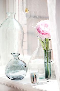 Bottles from glass. Pioen bij mij in de vensterbank