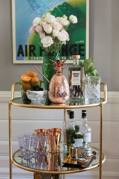 If you have interest in households then you must know about gold bar cart. There are some points to help you in finding the best bar cart from the market. Home Bar Decor, Bar Cart Decor, Diy Bar Cart, Bandeja Bar, Bar Sala, Bar Trolley, Bar Carts, Drinks Trolley, Drinks Tray