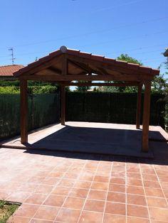 Porche de madera a dos aguas en Santas Martas. Descubre todo el proyecto en http://www.edanpergolas.com/nuestros-trabajos/porche-a-dos-aguas-con-pavimento-de-gres-y-alfombra-a-cartabon-42.html