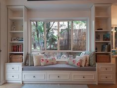Window seat idea for the kids room Home Bedroom, Bedroom Decor, Bedroom Ideas, Cottage Bedrooms, Bedroom Red, Bedroom Storage, Granny Pods, Cottage Windows, Bedroom Seating