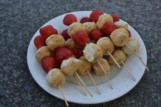 Zomerse aardbei-soesjes snack. Nodig: Soesjes, aardbeien of ander fruit, Cocktailprikkers. Werkwijze: Prik om en om soesjes een aardbeien aan een cocktailprikker.