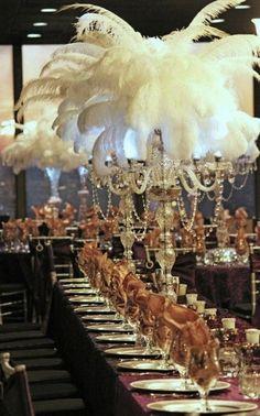 décoration table avec chandeliers décorés de perles et de plumes