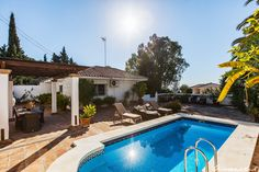 A very nice 3 bedroom villa in Benalmadena with the most amazing and spacious terraces, private pool the very popular and quiet urbanisation of La Capellania in Benalmádena. The urbanisation is located within a gated and secured area, only few minutes from both shops, cafe´s, restaurants and the nice beaches by the coast.
