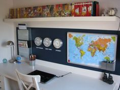 Kamer met Stars and Stripes Really like this study area for boys. the world map, the clocks with different time zones and the shelf are all great.