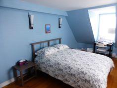 La chambre bleue a un lit double, des tables de chevet, un éclairage d'ambiance et un éclairage d'appoint. www.bleulumignon.ca