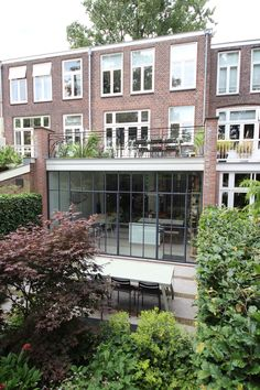 Update monument uit 1910 aan het Koningsplein in Delft Delft, Multi Story Building, New Homes, Construction, Mansions, Living Room, Facades, Architecture, House Styles
