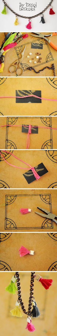 Pulsera DIY con mini borlas