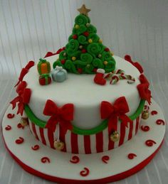 super ideas for cake fondant christmas sweets Christmas Cake Designs, Christmas Cake Decorations, Christmas Cupcakes, Christmas Sweets, Holiday Cakes, Christmas Cooking, Noel Christmas, Christmas Goodies, Xmas Cakes