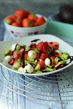 Tolles Low Carb Rezept für einen super leckeren und schnell gemachten Erdbeer Avocado Salat mit einer korrespondierenden Balsamico Creme, super lecker!