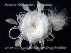 Fascinator com flor em organza, miolo de pistilos perolados, com penas e plumas, e fitas em organza engomadas, com filetes de cetim. Pode ser feita na cor branca, off white ou ivory. R$186,00