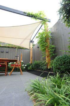 protection solaire avec un voile d'ombrage et support en bois