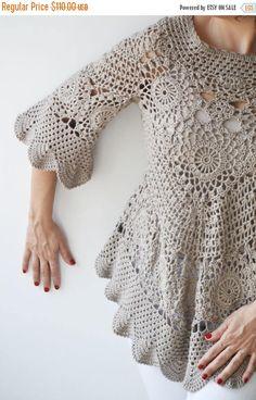 Jersey de ganchillo de Latte por Afra El suéter es perfecto para primavera y verano. Hecho con hilo de algodón 100%. Es elegante y muy acogedor. Complemento perfecto para tu estilo femenino. Tamaño: L, XL Limpieza: Lavar a máquina debajo de 30 grados en el ciclo suave y poner el plano para secar.