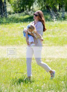 Фотографии Принцесса Мадлен | 76 альбомов Princess Madeleine, Royal Babies, Sweden, Royals, White Jeans, Album, Baby, Fashion, Swedish Royalty