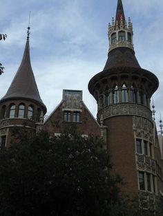 Casa de les Punxes o Casa Terrades. Edificio diseñado por el arquitecto modernista Josep Puig i Cadafalch. En 1905, Bartomeu Terradas Brutau encargó a Josep Puig i Cadafalch el diseño de una casa para cada una de sus tres hermanas, Àngela, Josefa y Rosa. El resultado fue un edificio que recordaba a los antiguos castillos medievales. Se encuentra situada en la avenida Diagonal de la ciudad de Barcelona (España).