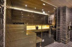 Vaalea haapa tuo valoa muuten mustaan tilaan. Working Out Area, Finnish Sauna, Sauna Room, Steam Room, Saunas, Basement Renovations, Store Design, Home And Living, House Plans