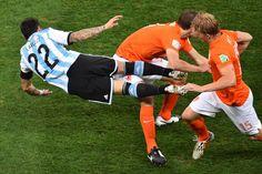 Holanda - Argentina: El jugador argentino Ezequiel Lavezzi (i) cae entre dos jugadores holandeses