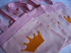 Sacola surpresa em tecido com aplique de coroa  Tema realeza