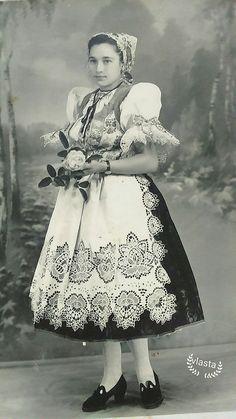 Hontianske Nemce - Slovakia folk Contemporary Decorative Art, Heart Of Europe, German Fashion, Folk Embroidery, Naive Art, Folk Costume, Folklore, Traditional Outfits, Flower Art