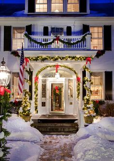 #Holidays | A festive entrance at The Captain Jefferds Inn located in Kennebunkport, ME. #bedandbreakfast #travel
