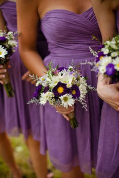 Beautiful light purple/lavender bridesmaid dresses and bouquets! Love this color and the daisies