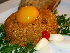 ZELENINOVÁ TATARÁK -Nastrouhanou zeleninu, sýr a ořechy smícháme. Přidáme prolisovaný česnek a nadrobno nakrájenou cibuli. Přimícháme sojovou a worcesterskou omáčku,...