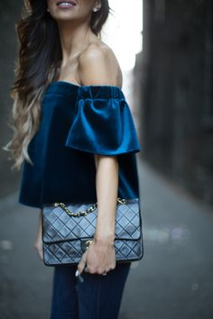 Business casual women, dark blue velvet off-shoulder top, worn over dark jeans what to wear today and tomorrow – chic outfit ideas Mode Style, Style Me, Style Blog, Mode Top, Outfit Trends, Outfit Ideas, Business Outfit, Business Casual, Inspiration Mode