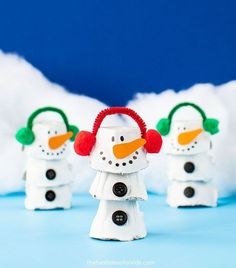 This egg carton snowman is really easy and fun to make! Make one or a few and turn it into a winter play scene with cotton balls too. Christmas Card Crafts, Kids Christmas, Holiday Crafts, Winter Crafts For Kids, Art For Kids, Egg Box Craft, Ideas Decoracion Navidad, Recycled Crafts Kids, Egg Carton Crafts