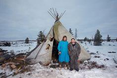 Ненцы, Вэлло Алик (18 лет) и Пяк Анатолий (23 года), жители города Тарко-Сале / фотограф Сергей Потеряев