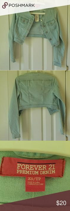 NWT FOREVER21 Cropped Denim Jacket with Pockets BRAND NEW WITH TAGS Cropped light wash denim jacket from Forever 21. Looks cute with high waisted jeans and boots or a summery dress and hat! Accessorize with lots of delicate jewelry or tie a bandana/scarf to make it more casual 😙😙 Forever 21 Jackets & Coats Jean Jackets