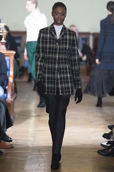 See the complete Olivier Theyskens Fall 2017 Ready-to-Wear collection.