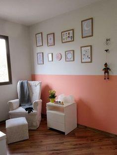 Decoração de quarto de bebê - Parede pintada pela metade e quadros personalizados