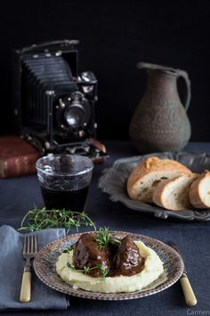 Las carrilleras de cerdo ibérico glaseadas con puré de patatas son una comida sencilla de preparar, aunque requiere su tiempo, perfectas para una comida especial.