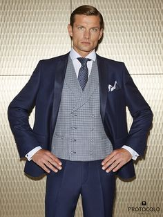 Traje con solapa de raso desmontable y chaleco cruzado con solapa en cuadro  Vichi modelo Denza Gaeli combinada con corbata corazones en azul marino  modelo ... 9933a2065ec