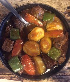 Pedimos um ensopado de carne com legumes e farofa de ovo. Imagem: acervo pessoal Fabíola Cordeiro.