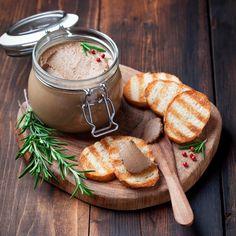 В хмурый осенний день побалуйте себя нежным паштетным муссом с беконом и грецкими орехами. Подавайте его с хрустящим хлебом или крекерами на завтрак или в дополнение к супу в обед.