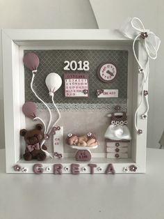 "In vendita su Etsy, negozio ""I pasticci di Melina"" Diy Baby Gifts, Baby Crafts, Diy And Crafts, Baby Room Diy, Baby Room Decor, Biscuit, Clay Wall Art, Polymer Clay Ornaments, Baby Frame"