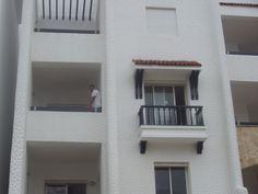 Apartamentuaren TERRAZA eta lehioa. Balón y terraza del apartamento