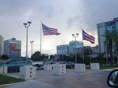 Están banderas fueron en el Coliseo en Hato rey. se encuentran en buen estado pero el palo donde están puesta la banderas de Estados Unidos está más alta que la de puerto rico por ende una se ve más alta que la otra y según el reglamento las banderas queden de igual estatura.