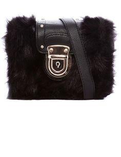 Nuestra apuesta por el bolso de pelo es 100% segura. Llévala en la mano o con asa larga como este de Pull&Bear (17,99 euros).