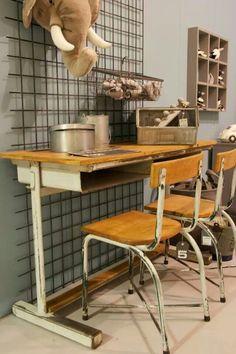 Onze vintage TUBAX lessenaar met bijpassende stoeltjes (uit 1957) in stoere kinderkamer setting @Loods 5 Zaandam Sliedrecht