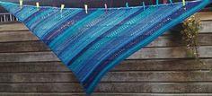 Overdwars gehaakte shawl. Vereenvoudigde versie van de Attraverso. Ontwerp Annie Germeraad.