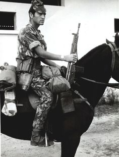 Horse patrol of portuguese army in Angola, soldier has a german Colonial, Military Photos, Military History, History Of Portugal, State Of Decay, My War, War Dogs, Thug Life, War Machine