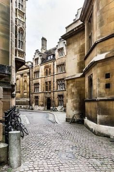 Best Cities in the UK - 11 Beautiful Cities You Have to Visit A pretty street with lots of beautiful architecture in Cambridge, England. Visit Cambridge, Cambridge England, Cities In Uk, Best Cities, Beautiful Architecture, Historic Architecture, Cambridge Architecture, England And Scotland, City Aesthetic