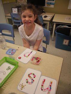 La maternelle de Francesca: Nos petits ateliers #6 Montessori Activities, Activities For Kids, Kids Brain Games, Name Writing Practice, Preschool Names, Kindergarten, Letter Recognition, Math For Kids, School Design
