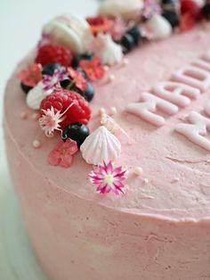Miss Etoile kakkustandi 25cm .    Tämä marjakakku lähti juhliin pienelle prinsessalle, joka saa tänään nimensä. Toiveena oli hennon vaal... Delicious Cake Recipes, Yummy Cakes, Miss Etoile, Raspberry Cake, Cake Fillings, Easy Baking Recipes, Frosting Recipes, No Bake Cake, Eat Cake