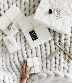 8 beautiful rustic gift wrapping ideas (my scandinavian home) - - Kochen - Christmas Gifts Noel Christmas, All Things Christmas, Christmas Crafts, Christmas Decorations, White Christmas, Minimal Christmas, Scandi Christmas, Creative Gift Wrapping, Wrapping Ideas