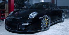 Un véritable petit moment de plaisir avec cette superbe Porsche 997 GT2 full black chaussée d'un set de jantes Vossen VFS-1 !