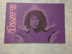 Lienzo de gran tamaño que inmortaliza el carisma de Morrison en un envolvente tono morado. Acrílico sobre lienzo.