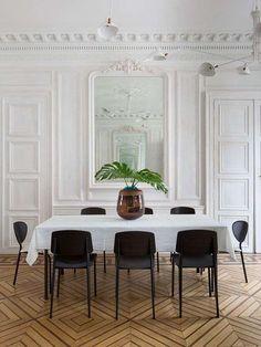 Boiserie bianca in legno per interni personalizzati.